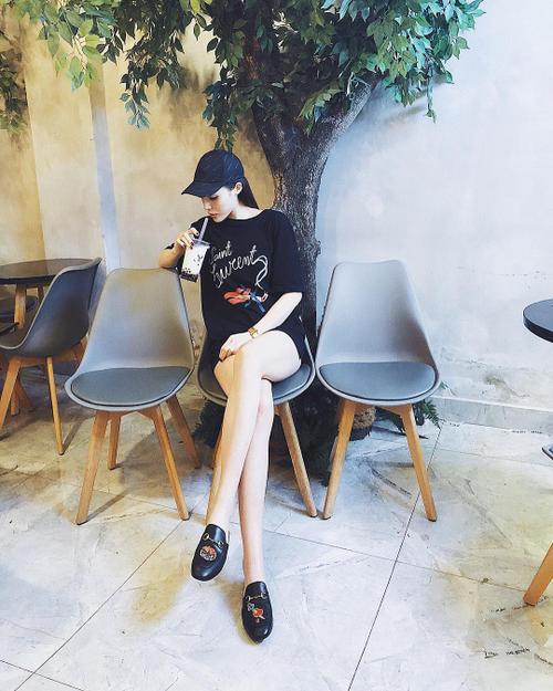 inst image 14 - Phạm Hương, Kỳ Duyên đã cất giày cao vời vợi vào tủ… để tậu mốt giày Selena Gomez mê mẩn