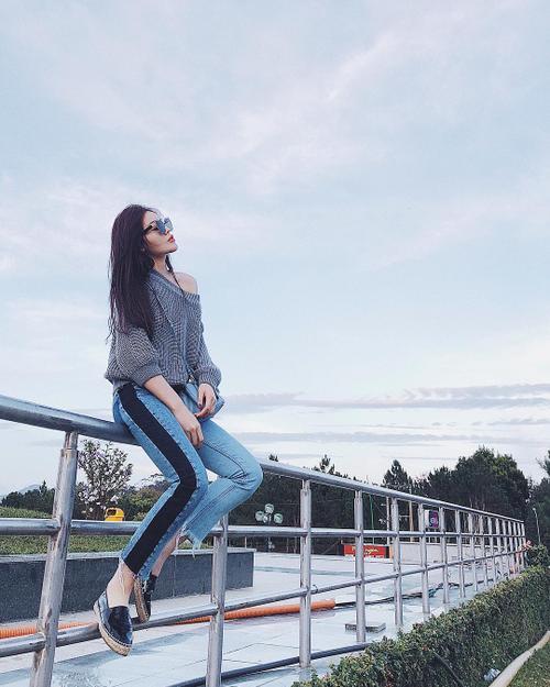 inst image 16 - Phạm Hương, Kỳ Duyên đã cất giày cao vời vợi vào tủ… để tậu mốt giày Selena Gomez mê mẩn