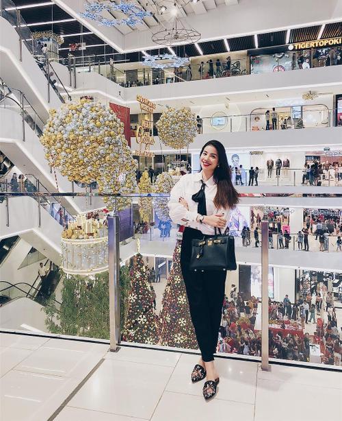 inst image 20 - Phạm Hương, Kỳ Duyên đã cất giày cao vời vợi vào tủ… để tậu mốt giày Selena Gomez mê mẩn