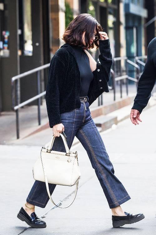 outfits with flats 246948 1516223574692 image 500x0c - Phạm Hương, Kỳ Duyên đã cất giày cao vời vợi vào tủ… để tậu mốt giày Selena Gomez mê mẩn