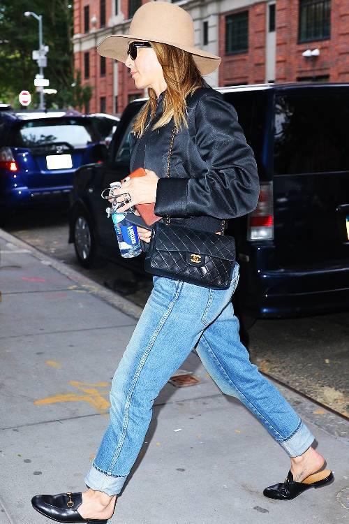 outfits with flats 246948 1516223588718 image 500x0c - Phạm Hương, Kỳ Duyên đã cất giày cao vời vợi vào tủ… để tậu mốt giày Selena Gomez mê mẩn