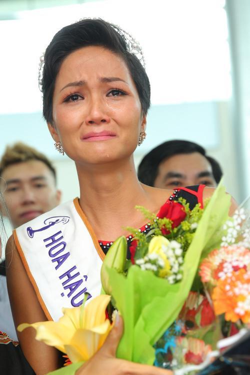 Hoa hậu H'Hen Niê đi xe công nông về buôn làng