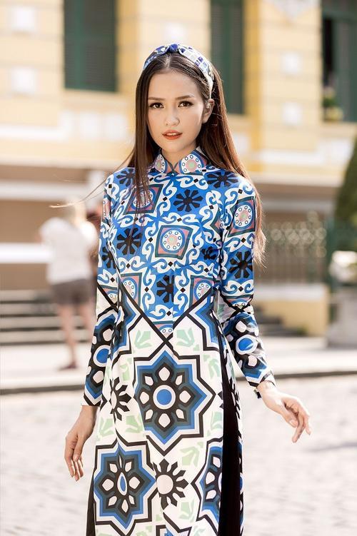 Để khéo léo khoe được những đường cong cơ thể, Ngọc Châu chọn thiết kế áo dài truyền thống pha đương đại của NTK Thủy Nguyễn.