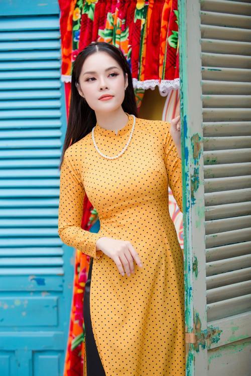 'Bỏ quên' ông xã, mẹ con diễn viên Dương Cẩm Lynh xúng xính diện áo dài đón Tết - ảnh 1