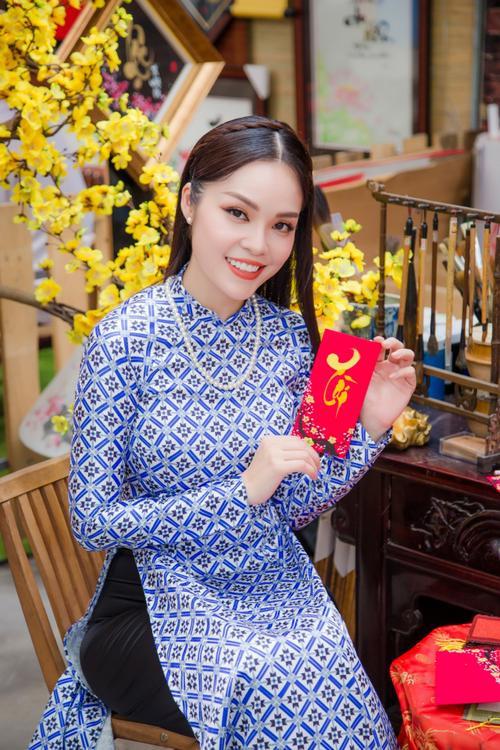 'Bỏ quên' ông xã, mẹ con diễn viên Dương Cẩm Lynh xúng xính diện áo dài đón Tết - ảnh 3