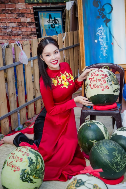 'Bỏ quên' ông xã, mẹ con diễn viên Dương Cẩm Lynh xúng xính diện áo dài đón Tết - ảnh 7