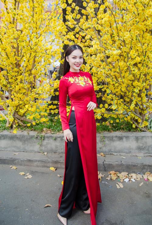 'Bỏ quên' ông xã, mẹ con diễn viên Dương Cẩm Lynh xúng xính diện áo dài đón Tết - ảnh 9