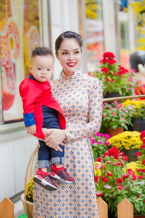 'Bỏ quên' ông xã, mẹ con diễn viên Dương Cẩm Lynh xúng xính diện áo dài đón Tết - ảnh 10