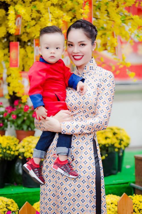 'Bỏ quên' ông xã, mẹ con diễn viên Dương Cẩm Lynh xúng xính diện áo dài đón Tết - ảnh 13