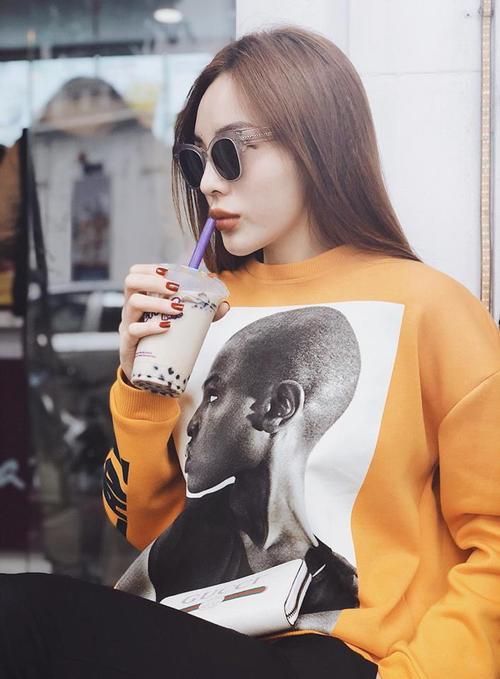 Mùng 2 Tết: Kỳ Duyên - Jolie Nguyễn không hẹn mà cùng mặc một chiếc áo
