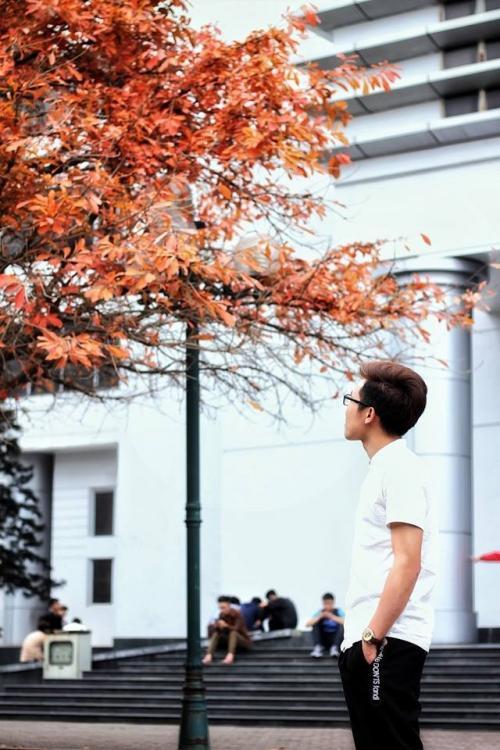 """Sinh viên trường ĐH Bách Khoa Hà Nội chụp ảnh với cây lộc vừng """"trong truyền thuyết"""" (Ảnh: Sung Sức Sản)."""