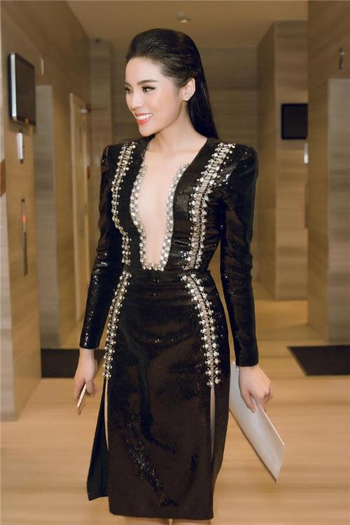 Hoa hậu Kỳ Duyên xuất hiện hiếm hoi với váy áo khoét sâu tận rốn.