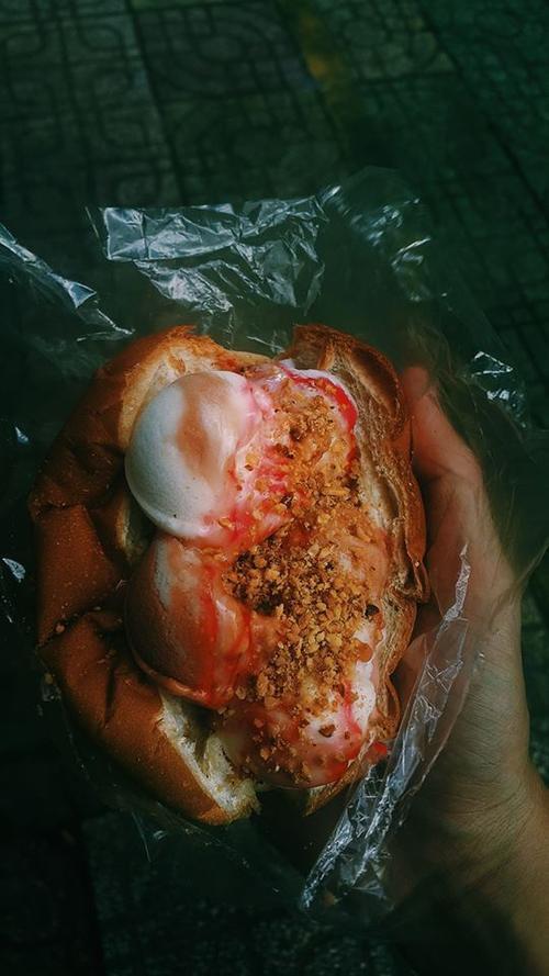 Lạ lùng món bánh mì kẹp kem 'thần thánh' có từ thời 'ông bà anh'