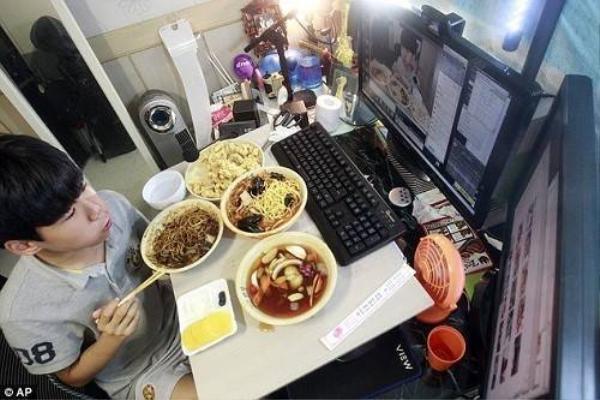Kim Sung Jin, 14 tuổi, có thể kiếm được khoảng 1.000 bảng Anh (gần 35 triệu VND) chỉ trong một buổi tối bằng cách ngồi ăn no nê trước webcam.