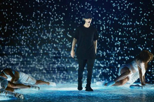 Justin Bieber là một trong những nghệ sĩ biểu diễn tại MTV Video Music Awards 2015. Nam ca sĩ trẻ mang đến ca khúc mới What Do You Mean?, Justin treo người trên dây cáp bảo hiểm để hát trên không trung.