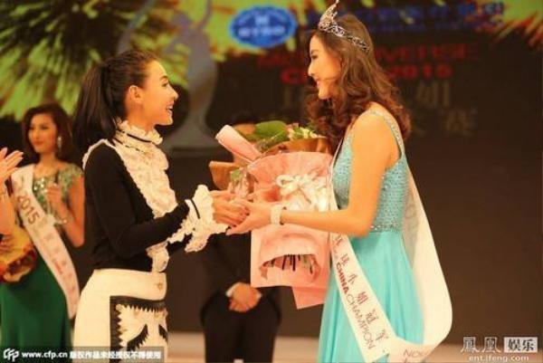 Tân Hoa hậu trong giây phút đăng quang và nhận lời chúc mừng từ Trương Bá Chi.