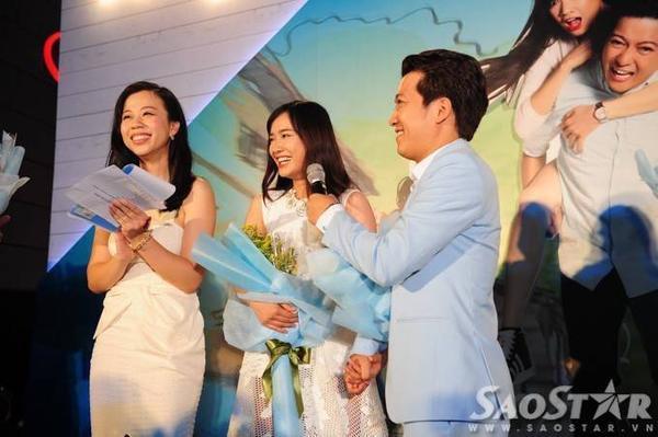 Khi MC đề nghị nam diễn viên hài đắt show nhất nhì V-biz hiện nay buông tay Nhã Phương để cô trả lời phỏng vấn, anh vẫn nhất quyết nắm chặt và chủ động cầm micro để người đẹp nói.