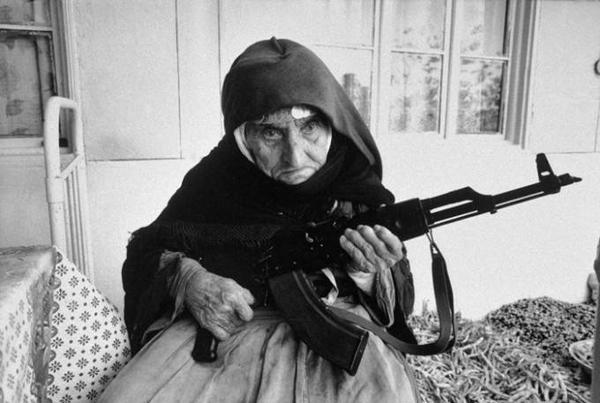 Một và cụ 106 tuổi người Armenia bảo vệ nhà mình bằng một khẩu súng trường, ảnh chụp năm 1990.