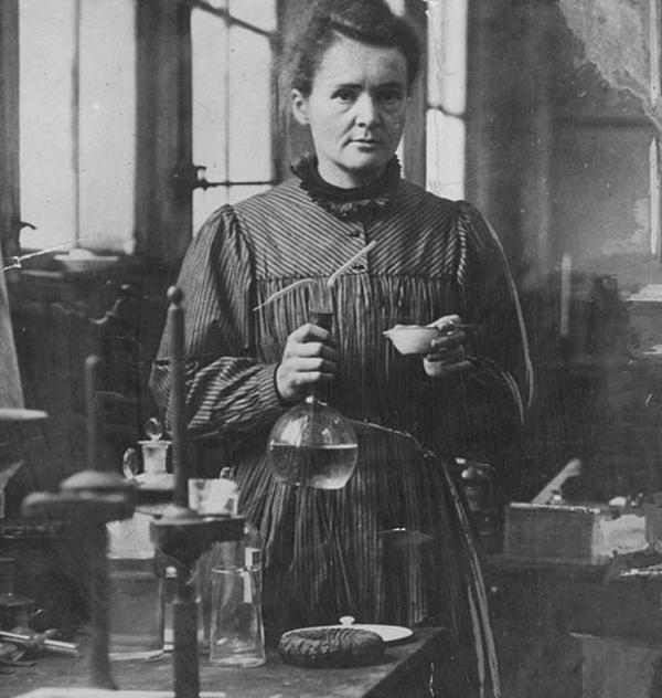 Marie Curie là một nhà vật lý học và hóa học người Ba Lan. Bà nổi tiếng nhờ những nghiên cứu của mình về lĩnh vực phóng xạ hạt nhân và từng nhận giải Nobel danh giá đến 2 lần.