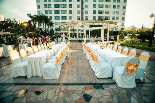 Lễ cưới của Bo Trần và Thánh Thiện thực hiện ngay chung cư mà hai bạn đang ở.