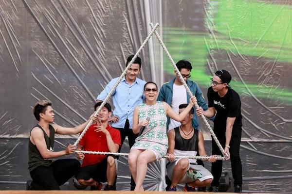 Thu Minh tươi tắn suốt buổi tập cùng các vũ công nhưng đồng thời cũng rất kỹ lưỡng trong việc cân chỉnh âm thanh cùng ban nhạc nên phần duyệt chương trình của cô tốn thời gian khá nhiều.