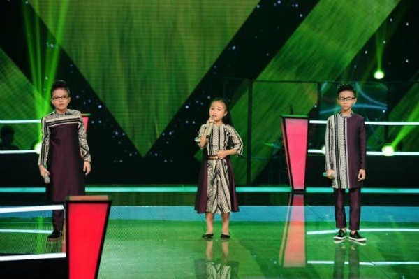 Hải Thanh, Bích Hạnh và Thiên Tùng trong phần thi Cõng mẹ đi chơi.