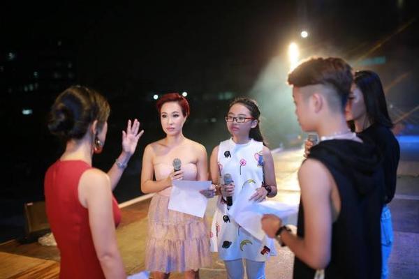 """Bên cạnh Thu Minh, buổi tổng duyệt cũng có sự xuất hiện của diva Hồng Nhung và các ca sĩ Uyên Linh, Phương Mỹ Chi, Quang Anh… Trong ảnh, """"cô Bống"""" nhiệt tình hướng dẫn cho các """"đàn em""""."""