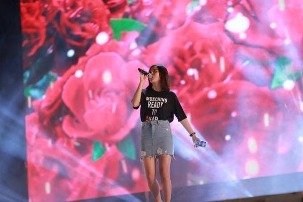 Văn Mai Hương quyết định trở lại sân khấu ca nhạc sau nửa năm trầm cảm. Dự kiến sẽ có khoảng 20.000 khán giả tham gia đêm nhạc hội tại sân vận động Quân khu 7 (TP HCM) vào tối nay.