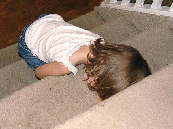 Một bé gái ngủ ngay trước cửa nhà.