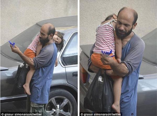 Bức ảnh 2 cha con mưu sinh khiến nhiều người xúc động.
