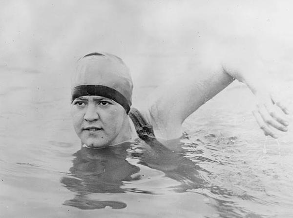 Gertrude Caroline Ederle, người phụ nữ đầu tiên bơi qua eo biển Anh vào năm 1926.