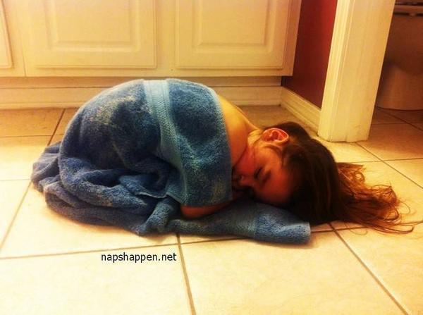 Vừa tắm xong, bé gái này đã làm một giấc thật ngon trong tấm khăn tắm ấm cúng.