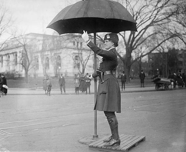 Leola N.King, nữ cảnh sát giao thông đầu tiên của nước Mỹ, ảnh chụp tại thủ đô Washington và năm 1918.
