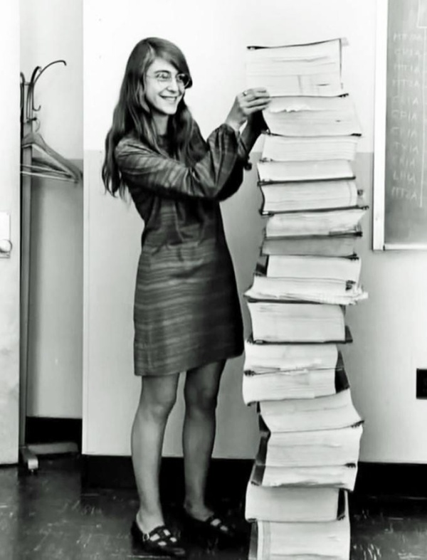 Margaret Heafied từng là giám đốc kỹ thuật phần mềm của chương trình thám hiểm không gian Apollo thuộc Nasa. Cô đang đứng bên chuỗi thuật toán dùng để kích hoạt sứ mệnh Apollo thành công do chính tay mình viết ra. Người ta nói rằng Margaret tính toán chính xác đến nỗi họ thường để cô tự kiểm tra lại thuật toán, trong khi máy tính phải làm chuyện đó cho các nhà khoa học khác.