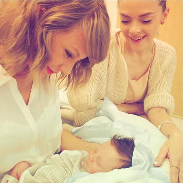 Taylor ngắm con trai đỡ đầu Leo - con của nữ diễn viên Jamie King.
