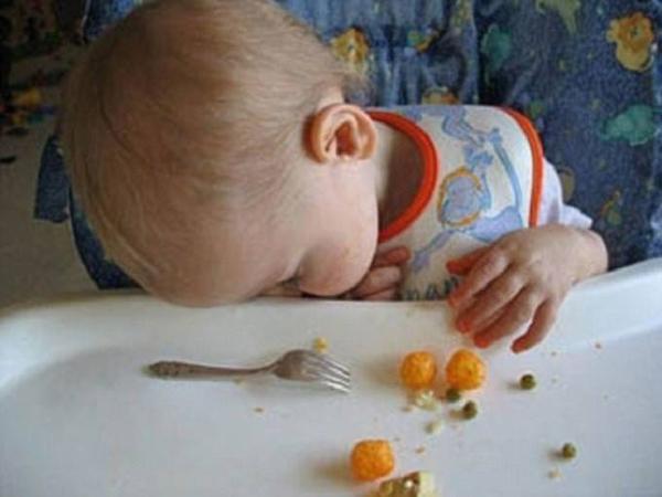 Con ơi, dậy ăn hết đi rồi hãy ngủ.