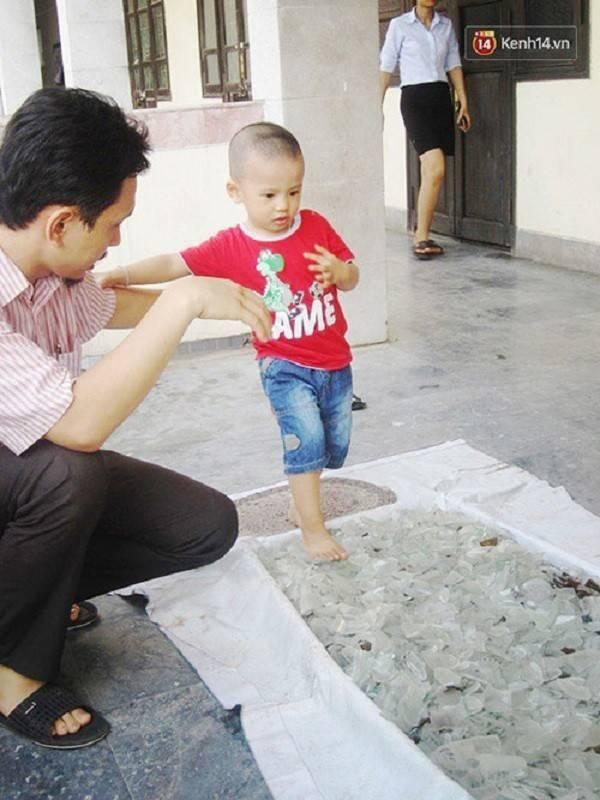 Học viên nhí đi qua thảm thủy tinh dưới sự giám sát của các thầy giáo trong trung tâm.