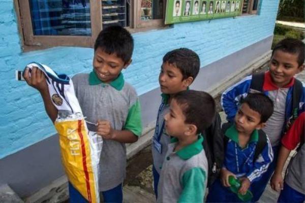 Cậu nhóc mở ngay gói quà trước ánh mắt ngưỡng mộ của bạn bè