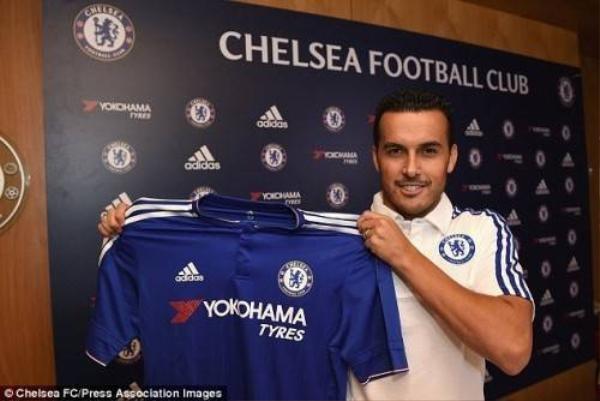 Pedro với áo đấu mới tại Chelsea. Anh mang số áo 17