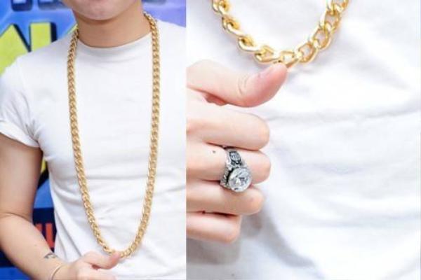 Trong một sự kiện, giọng ca Dành cho em xuất hiện với dây chuyền xích bản to cùng đồng hồ lấp lánh ánh vàng trên nền trang phục đen trắng.