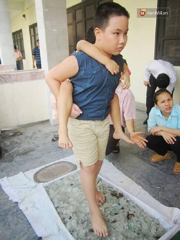 Học viên Nguyễn Văn Thành cõng bạn đi qua thảm thủy tinh. Thành cho biết em khá tự tin và thoải mái sau khi bước qua chướng ngại trên.