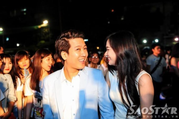 Họ vui vẻ trò chuyện, trau nhau ánh mắt tình tứ và nắm tay nhau suốt trong buổi tiệc.