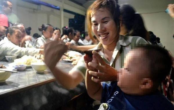 Chị Trần Thị Thanh (33 tuổi, quê Bà Rịa - Vũng Tàu) có con trai nhỏ cùng ở chung. Người phụ nữ phạm tội Cố ý gây thương tích, mang án 4 năm tù. Chị cho biết, mang thai nhưng không biết, đến khi vào trại thì sinh bé Nguyễn Phương Anh (hơn 1 tuổi). Nữ phạm nhân này mong chị em ở lại cố gắng cải tạo tốt, sớm được đặc xá về với gia đình.