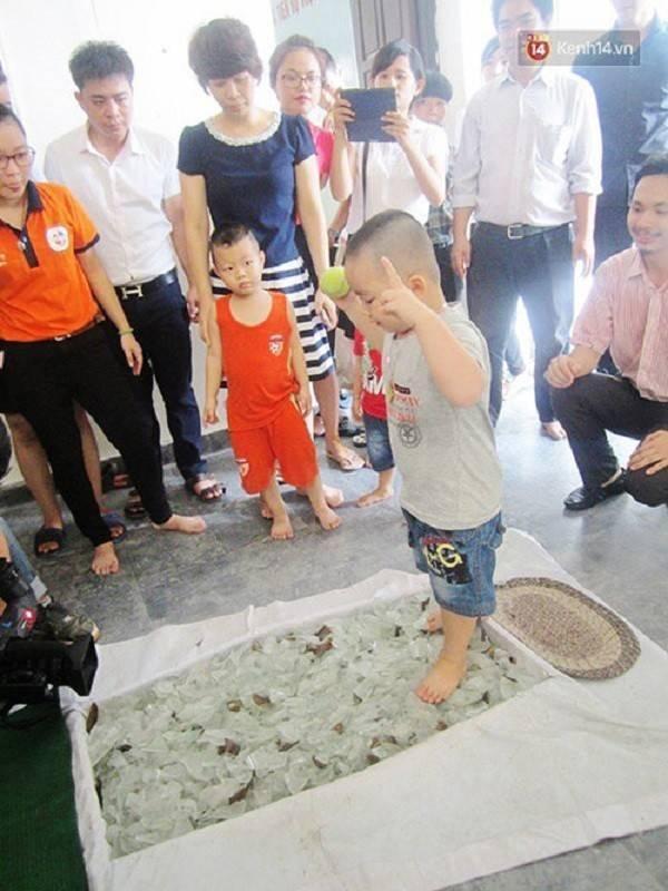 Học viên nhí không chỉ tự tin đi qua thảm thủy tinh mà còn biểu diễn những hành động để minh chứng cho sự an toàn trên