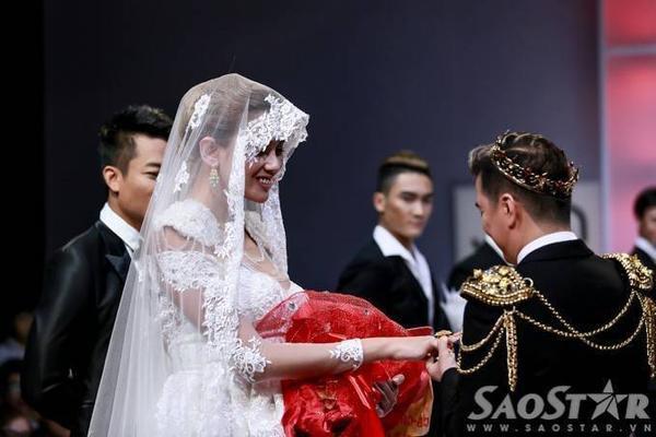 Đàm Vĩnh Hưng hào hứng trao hoa và nhẫn cưới cho người bạn diễn xinh đẹp.