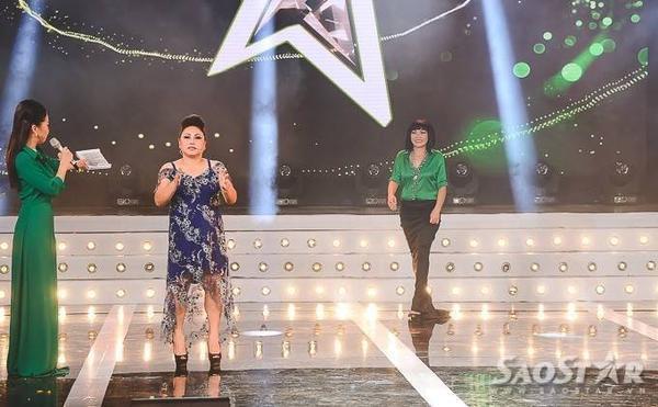 Cùng nhau bước ra sân khấu, cả hai ca sĩ đều không nhìn mặt nhau.