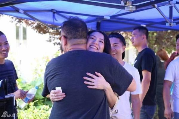 Sau khi kết thúc ghi hình, Chương Tử Di ôm cám ơn đạo diễn MV. Trong sự nghiệp diễn xuất, người đẹp 35 tuổi hiếm khi đóng MV ca nhạc. Năm ngoái, cô nhận lời thể hiện trong MV Magic của nhóm nhạc nổi tiếng Coldplay.