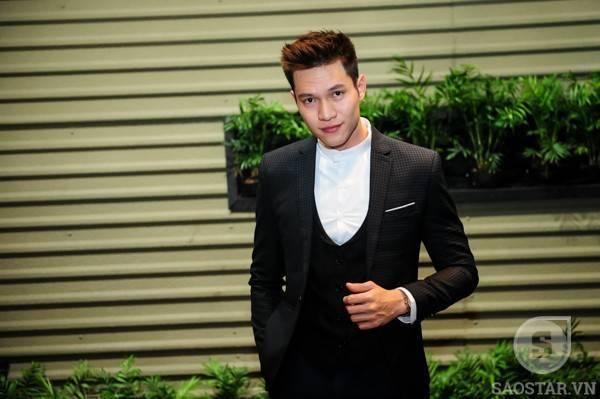 Người mẫu, diễn viên Minh Anh diện bộ vest lịch lãm đến chúc mừng cô bạn. Trong MV này, anh cũng đảm nhận vai nam chính.