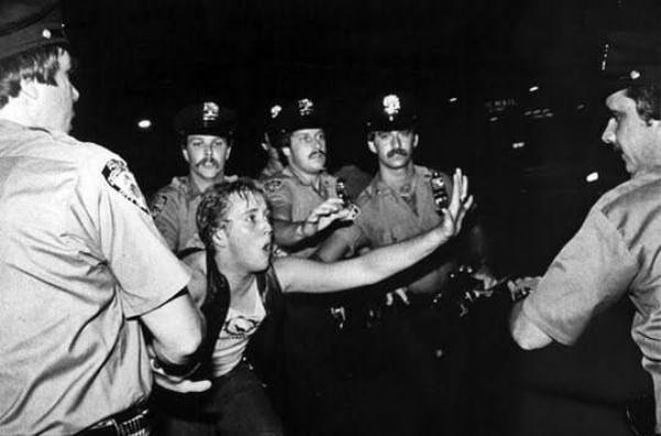 Cuộc chống trả tại Stonewall năm 1969 đã được lịch sử ghi lại như một cuộc mốc đánh dấu sự khởi đầu cho phong trào đầu tranh của cộng đồng LGBT thế giới.