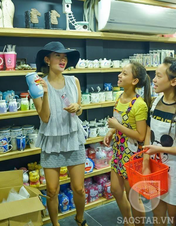 Sau khi lựa chọn dụng cụ học tập, Minh Hằng đưa top 3 Tô Kim Thư, Trần Minh Đức, Vy Khanh mua sắm đồ lưu niệm để làm quà tặng cho bạn bè.